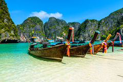 barcos de la Largo-cola en Maya Bay, Tailandia Fotografía de archivo
