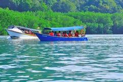 Barcos de la lupulización de isla a la isla tropical hermosa Fotos de archivo libres de regalías