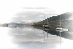 Barcos de la madrugada en el lago imagen de archivo