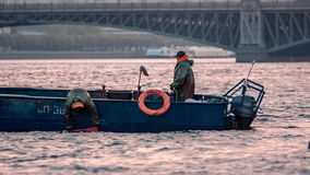Barcos de la pesca profesional en Neva River almacen de metraje de vídeo