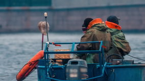 Barcos de la pesca profesional en Neva River metrajes
