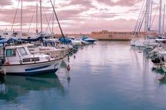 Barcos de la pesca y de placer en el puerto - Jaffa, Israel - puesta del sol Fotos de archivo libres de regalías