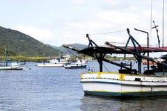 Barcos de la pesca y del turismo anclados en el muelle en diversos tamaños y colores en la costa de São Pablo foto de archivo libre de regalías