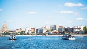 Barcos de la travesía del río en el río de Moscú Foto de archivo libre de regalías