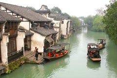 Barcos de la travesía en la ciudad antigua Wuzhen (la UNESCO), China del agua Imágenes de archivo libres de regalías
