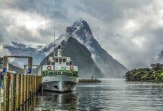 Barcos de la travesía de Milford Sound Foto de archivo libre de regalías