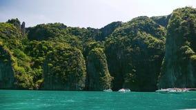 Barcos de la velocidad en la laguna de la bahía del maya en un agua cristalina metrajes