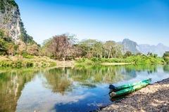 Barcos de Lao Traditional en la orilla de un río de la montaña Imagenes de archivo