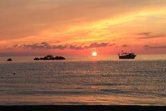 Barcos de las rocas del rojo del mar y del cielo Fotografía de archivo libre de regalías