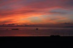 Barcos de las rocas del rojo del mar y del cielo Imágenes de archivo libres de regalías