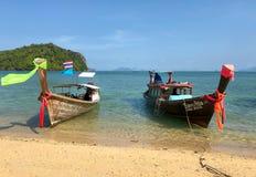 Barcos de Longtail anclados en la isla en la provincia de Krabi Tailandia Foto de archivo