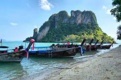 Barcos de Longtail anclados en la isla en la provincia de Krabi Tailandia Imágenes de archivo libres de regalías
