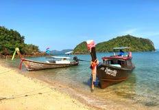 Barcos de Longtail anclados en la isla en la provincia de Krabi Tailandia Fotografía de archivo libre de regalías