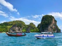 Barcos de Longtail anclados en la isla en la provincia de Krabi Tailandia Imagenes de archivo