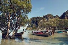 Barcos de Longtail, bahía del este de Railay en Tailandia Imagenes de archivo