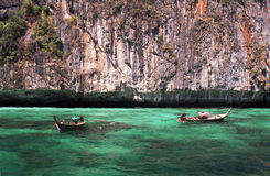 Barcos de Longtail en aguas de la turquesa Foto de archivo