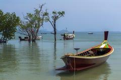 Barcos de Longtail en Koh Mook Coast Line Fotos de archivo