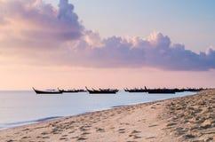 Barcos de Longtail en la playa Foto de archivo libre de regalías