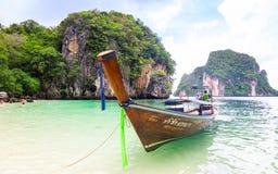 Barcos de Longtail na praia na ilha do paraíso Fotos de Stock
