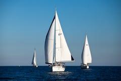 Barcos de los competidores durante de regatta de la navegación Fotos de archivo libres de regalías