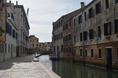 Barcos de los edificios de Fondamenta Della Misericordia With Its Beautiful amarrados y puentes en Venecia Viaje, días de fiesta, fotos de archivo