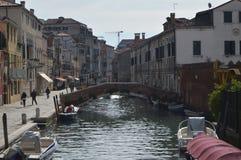 Barcos de los edificios de Fondamenta Della Misericordia With Its Beautiful amarrados y puentes en Venecia Viaje, días de fiesta, imágenes de archivo libres de regalías