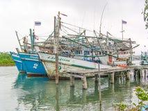 Barcos de los pescadores alrededor de la bahía de Phang Nga, Tailandia fotografía de archivo libre de regalías