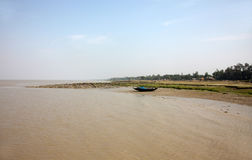 Barcos de los pescadores trenzados en el fango durante la bajamar en la costa de la bahía de Bengala Foto de archivo libre de regalías