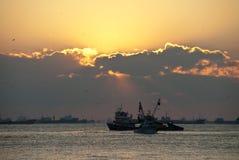 Barcos de los pescados en la puesta del sol Fotos de archivo