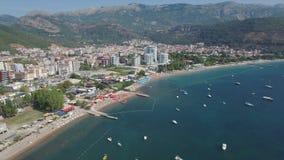 Barcos de lujo de Budva Marina Pier With Yachts And Sailing almacen de video