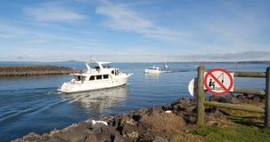 Barcos de lujo que cruzan cerca Imagenes de archivo