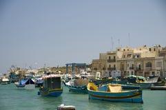 Barcos de Luzzu en el pueblo pesquero de Malta del marsaxlokk Imagen de archivo libre de regalías