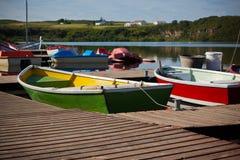 Barcos de madeira da cor com pás em um lago Imagens de Stock Royalty Free