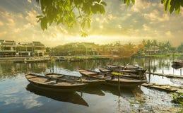 Barcos de madeira em Thu Bon River em Hoi An, Vietname fotografia de stock