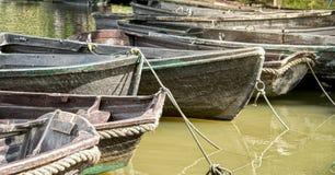 Barcos de madeira em um rio Imagem de Stock Royalty Free