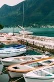 Barcos de madeira na água Na baía de Kotor em Montenegro Miliampère Imagens de Stock