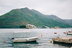 Barcos de madeira na água Na baía de Kotor em Montenegro Miliampère Imagem de Stock