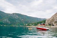 Barcos de madeira na água Na baía de Kotor em Montenegro Miliampère Fotos de Stock