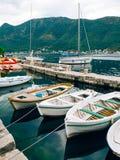 Barcos de madeira na água Na baía de Kotor em Montenegro Miliampère Imagem de Stock Royalty Free