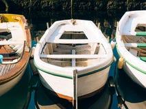 Barcos de madeira na água Na baía de Kotor em Montenegro Miliampère Fotos de Stock Royalty Free