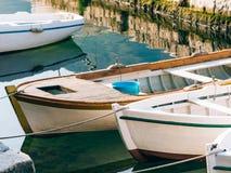 Barcos de madeira na água Na baía de Kotor em Montenegro Miliampère Foto de Stock