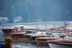Barcos de madeira na chuva fotografia de stock