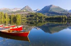 barcos de madeira no cais em um lago da montanha imagem de stock