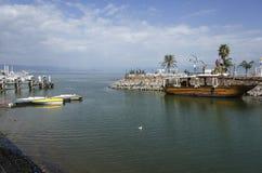 Barcos de madeira velhos no mar de Galilee fotos de stock