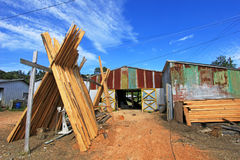 Barcos de madera constructivos a mano de los troncos de árbol, isla de Chiloe, Chile foto de archivo