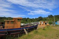 Barcos de madera constructivos a mano de los troncos de árbol, isla de Chiloe, Chile fotos de archivo libres de regalías