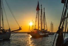 Barcos de madera contra puesta del sol Fotos de archivo libres de regalías