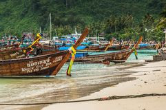 Barcos de madera del longtail que se colocan cerca de la frontera de las islas de la phi de la phi Fotografía de archivo libre de regalías