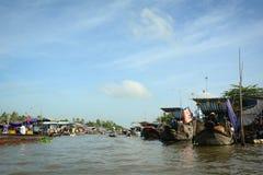 Barcos de madera en el mercado flotante en An Giang, Vietnam Foto de archivo