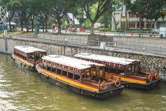 Barcos de madera en el río en Singapur Fotos de archivo